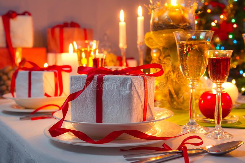 christmas-eve-dinner-candlelight-home-33716625